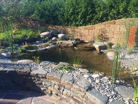 Teich mit Bachlauf über mehrere Kaskaden